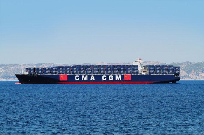 Ce même 1er Juillet 2015, au large de Marseille, croise  le navire symbole CMA CGM ORFEO, 10.000 EVP, pavoisé aux couleurs de la CHINE
