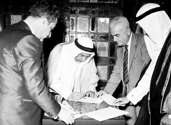 19 JUIN 1961. SON ALTESSE L'EMIR ABDULLAH III  SIGNE LE DOCUMENT D'INDEPENDANCE DU KOWEÏT AVEC SIR GEORGES MIDDLETON, HAUT DELEGUE BRITANNIQUE DANS LE GOLFE AINSI QUE L'ANNULATION  DU TRAITE DE PROTECTORAT SIGNE EN 1899 PAR LE SHEIKH  MOUBARAK AL-SABAH.