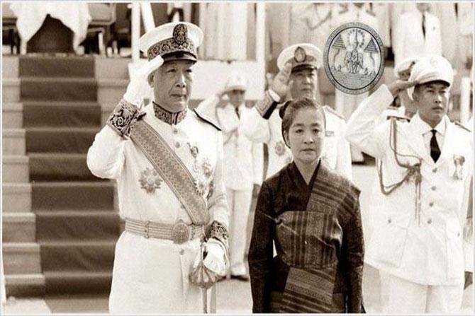 CIRCA 1955. LEURS MAJESTES LE ROI SRI SAVANG VATTHANA et LA REINE KHAMPHOUI.