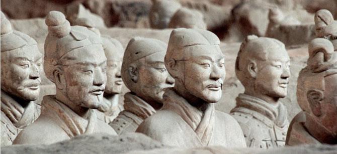 LES GUERRIERS EN TERRE CUITE DECOUVERTS DANS LE MAUSOLEE DE L'  EMPEREUR QI à XI'AN.