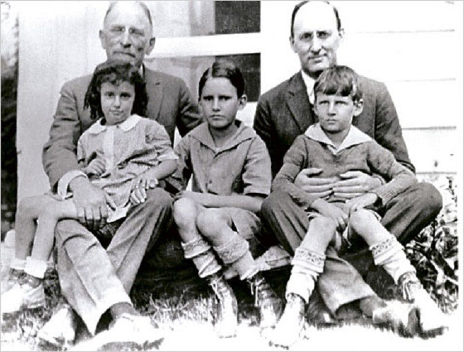 1927.HENRY MORGENTHAU avec SON FILS HENRI MORGENTHAU II et SES PETITS-ENFANTS : JOAN, HENRI MORGENTHAU III, ROBERT MORGENTHAU.