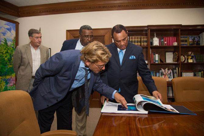 Jeudi 21 Mai 2015.  Dr. Andy BRUCKNER  présente l'ATLAS au P. M  des Bahamas PERRY CHRISTIE . ........Capitiane Phil RENAUD (à g.) avec ERIC CAREY Dir.executif du BNT - Bahamas National Trust -.