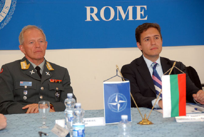 ROME. 15 AVRIL 2013. VISITE AU NATO DEFENSE COLLEGE (NDC). A g. LIEUTENANT GENERAL Arne Bard DALHAUG (NOR A).