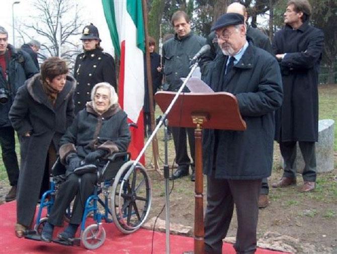 Le Dr. Elena BONNER SAKHAROV ECOUTE LE Dr. PIETRO KUCIUKIAN A LA CEREMONIE SAKHAROV. Née en 1923, ELENA EST MORTE LE 18 JUIN 20II à BOSTON (MASSACHUSETTS). ELLE A 2 ENFANTS DE SON PREMIER MARI  IVAN SEMIONOV : TATIANA et ALEXEY