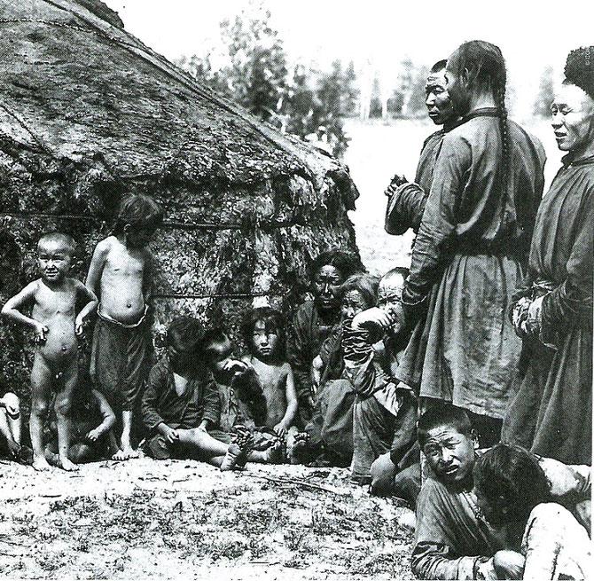 TOUVA 1902.  MALTRUNITION et TRACHOMES DANS LES YEUX ANXIEUX DES ENFANTS à LA DIFFERENCE DES ENFANTS DE L'AN 2000.  C* SERGUEÏ CHOÏGOU  STE RUSSE DE GEOGRAPHIE.