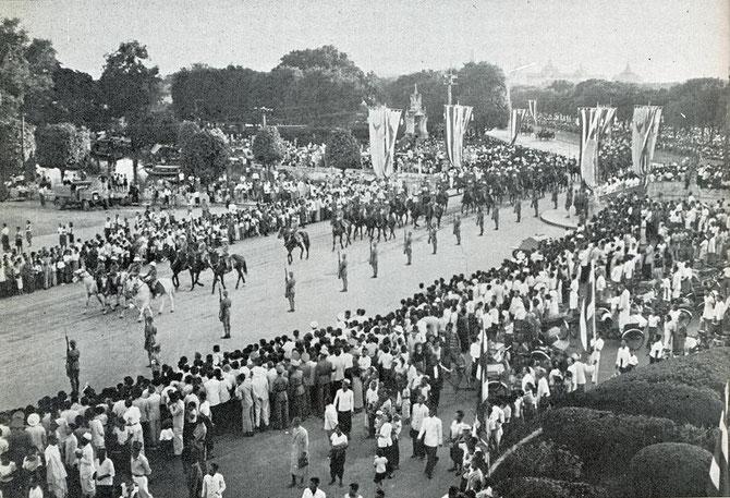 """15 NOVEMBRE1938. THAILANDE. CORTEGE DU ROI ANANDA MAHIDOL (20 SEPT. 1925 Heidelberg-Allemage + 9 JUIN 1946 Bangkok).  MORT à 21 ANS """"ACCIDENTELLEMENT"""" D'UNE BALLE DANS LA TÊTE."""