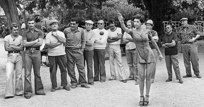"LA PREUVE......"" TU TIRES OU TU POINTES ? ""...........PHOTO HANS SILVESTER/Gamma . VERS 1960."