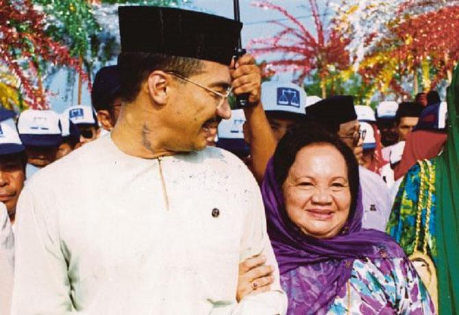 'UMNO & BN 1996. HISHAMMUDDIN EST ACCOMPAGNE DE SA MAMAN Mme SUHAILA..