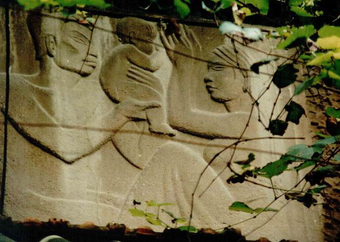 """HANOI. BAS-RELIEF DE LA MAISON 68 RUE NGUYÊN DU : """" L' ENFANT DE L'ART """". C* N.K.K"""