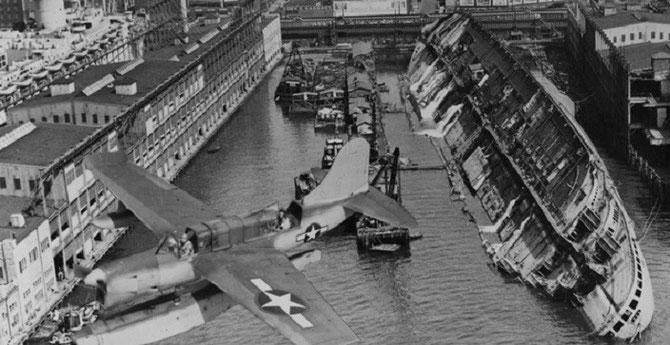 9 Février 1942. REQUISITIONNE PAR LES AMERICAINS LE 12 Décembre 1941 POUR ÊTRE AFFECTE AU TRANSPORT DES TROUPES,, REBAPTISE USS LAFAYETTE, LE PLUS BEAU PAQUEBOT DU MONDE, SYMBOLE DE LA FRANCE, N'ETAIT PLUS QU'UNE EPAVE APRES L'INCENDIE ACCIDENTEL...