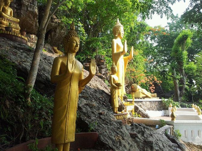 Bouddhas ABHAYA-Mudra. Mains en gestes d'apaisement des querelles et absence de crainte.