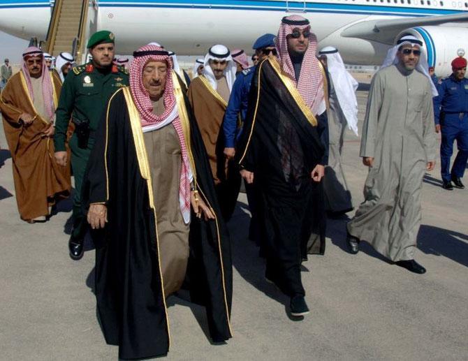L'EMIR DU KOWEIT CHEIK SABAH AL-HAMAD AL-JABER AL-SABAH (à gauche) ACCUEILLI à SA DESCENTE D'AVION.
