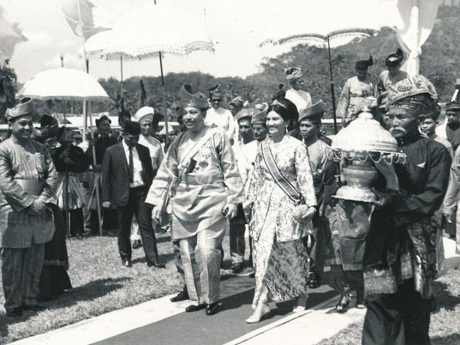 1968. Tuanku JAAFAR et SON EPOUSE Tuanku NAJIHAH binti Tunku Besar Burhanuddin, Soeur Cadette de sa Belle-mère KURSHIAH, 3è épouse de ABDUL RAHMAN