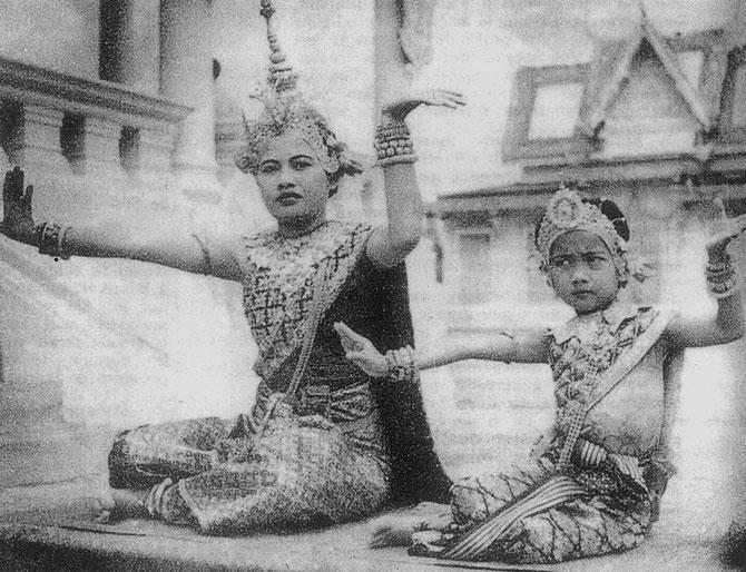 S.A.R. LA Princesse BUPPHA DEVI à 5 ANS (droite)
