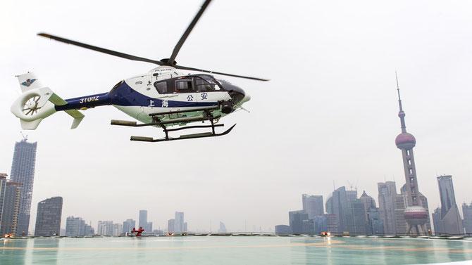 2016. SHANGHAI MON RÊVE ACCOMPLI : M'envoler de la terrasse du  PEN  SUR LE BUND face à PUDONG. Hélas je ne pilote plus.