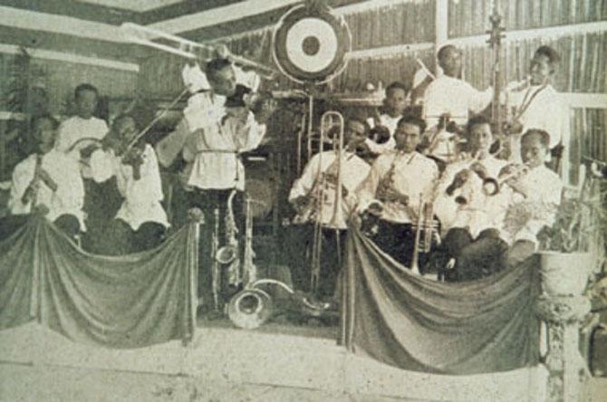 1938. ORCHESTRE DE JAZZ constitué par les royaux. DEBOUT LE SULTAN AJI M. PARIKESIT jouant du violon...à la Stéphane Grappelli ?
