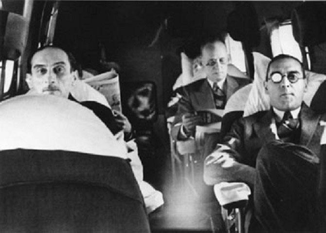 1914 PREMIERE EXPOSITION PERSONNELLE CHEZ PAUL ROSENBERG 21 RUE LA BOETIE PARIS.. PAUL ROSENBERG à gauche et CHARLES DURAND-RUEL PHOTOGRAPHIES DANS UN AVION POUR LES ETATS-UNIS PAR PIERRE MATISSE. Collection  ROSENBERG