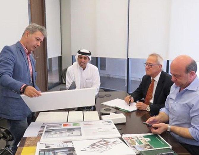 AL HABTOOR CITY EST SUPERVISE PAR ATKINS et LEUR PRINCIPAL ARCHITECTE L'IRANIEN KOUROSH SALEHI (debout à gauche).