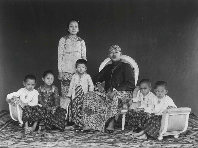 LE PRINCE MANGKUNEGARA VII (a régné de 1916 à 1944),                                                                          avec la RATA TIMUR et leurs enfants