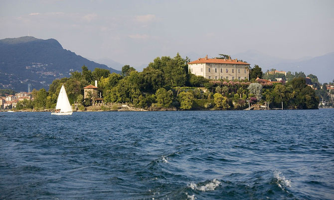 Le Palais Borromeo se dresse au milieu d'un parc botanique