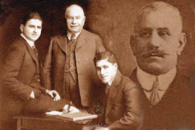 Circa 1920. g.  SIR ELLY (1867+1944)) avec  ses 2 fils LORD  LAWRENCE (1899+1993) et SIR HORACE (1902+1995). A dte. son frère  SIR ELLIS (1865+1922). LES 2 FRERES REALISENT TOUT ENSEMBLE.