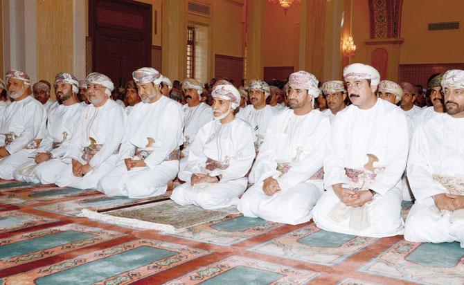 15 Octobre 2013. Premier jour de l'Eid al Adha. Sa Majesté se recueille à la Mosquée Said bin Taimur.