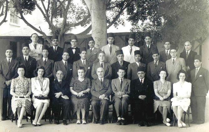 LES PROFESSEURS DU LYCEE FRANCAIS 1946 / 1947. Ier RANG ASSIS : centre Mr. MARCEL FORT Proviseur; extrêmités g.et dte. LES SOEURS BICHARA. 2è rang, debout derrière Mr.Marcel FORT Mr. SCHMIDT Prof. de Français et juste à dte, Mr. BICHARA Prof. de Maths.