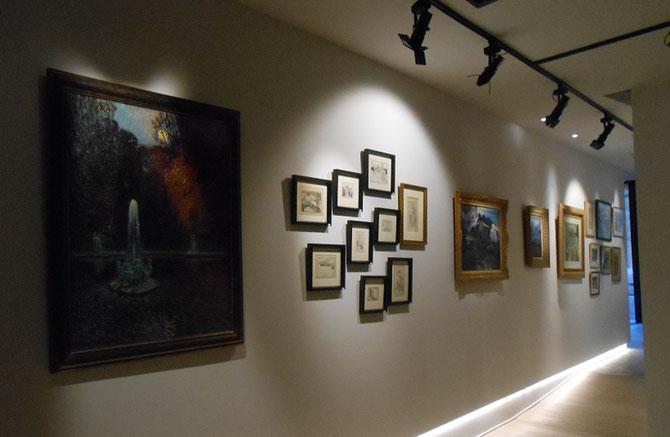 A gauche. LE JARDIN DE LA FONTAINE. Huile sur toile signée en bas à gauche. 100 X  83 cm.