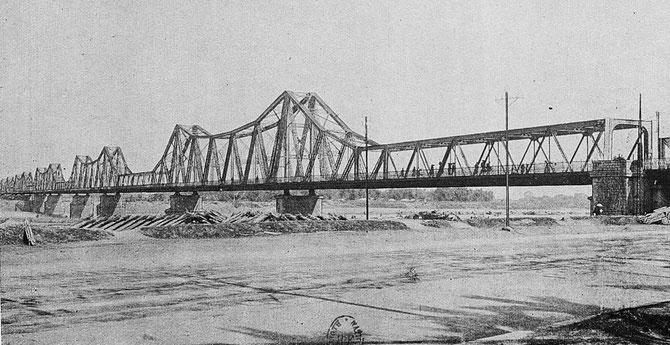 1898 à 1902. CONSTRUCTION DU PONT PAUL DOUMER PAR DAYDE & PILLE.  REBAPTISE A PRESENT PONT LONG BIÊN.