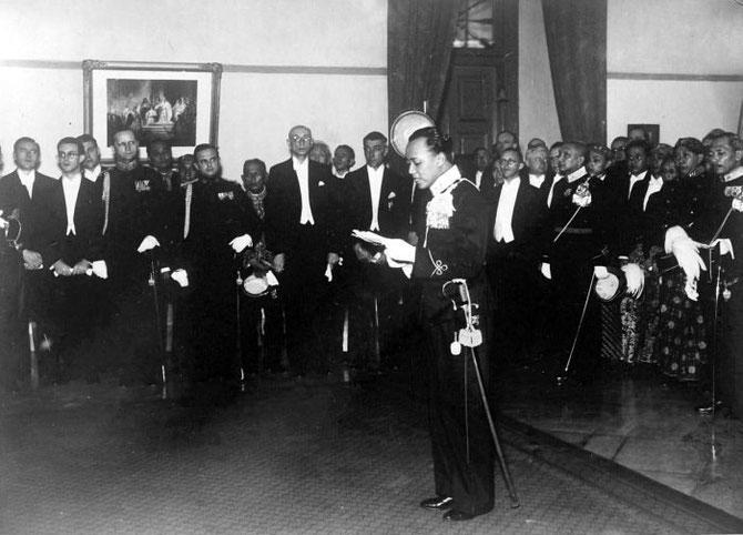 INSTALLATION DU PRINCE PAKU ALAM VIII. AVRIL 1937. COLLECTION Tropenmuseum. AVEC NOTRE RECONNAISSANCE.
