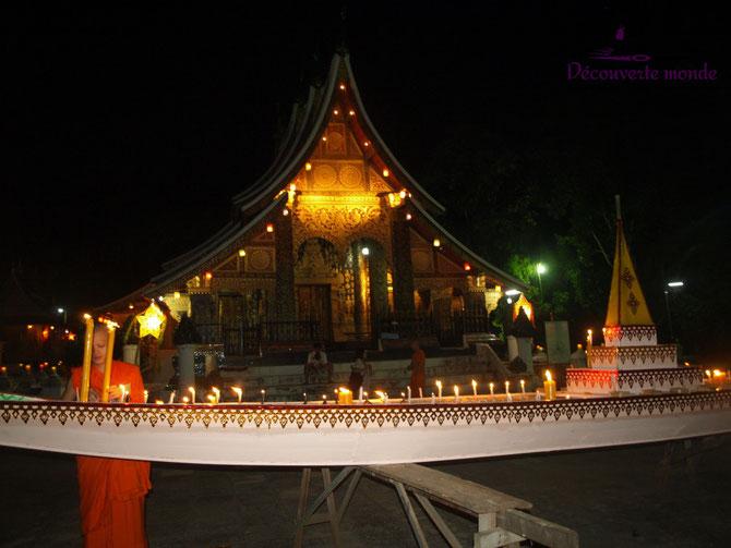 FETE DES LUMIERES (Lai Heua Fai) et FESTIVAL DES BATEAUX EN FEU. En général la préparation des pirogues est confiée aux bonzes novices.