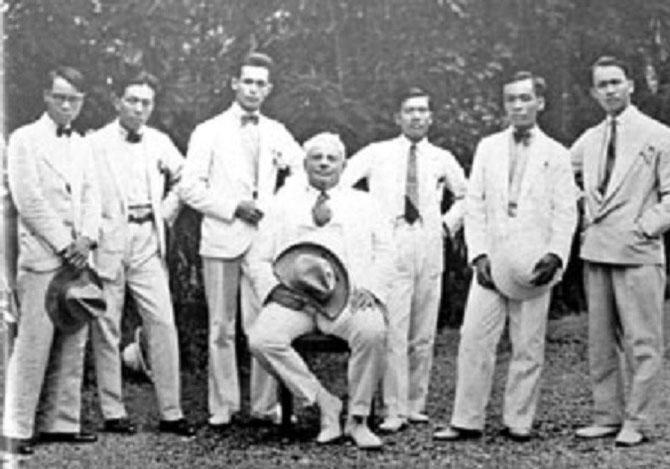 PREMIERE PROMOTION 1925-1930 DE L'ESBAI AUTOUR DU MAÎTRE VICTOR TARDIEU. Sur la photo : CONG VAN CHUNG, GEORGES KHANH (buste de Tardieu 1935), LE VAN DE, MAI TRUNG THU, NGUYEN PHAN CHANH que nous ne pouvons situer à part LÊ PHÔ à gauche.
