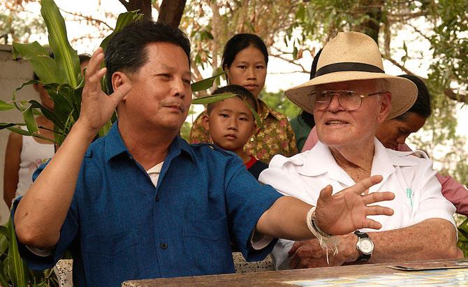 1er Mars 2007. Thailande. NONG KHAI Immigration  Detention Center. Bill LAIR discute avec Blia Souha HER, leader Hmong qui veut se suicider avec ses 150 compatriotes sous le coup d'une expulsion vers le Laos. ..... C* ROGER ARNOLD
