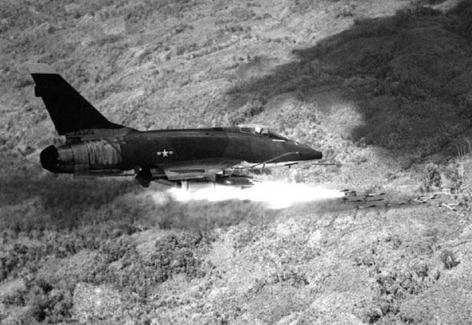 1er Janvier 1967.  AIR-FORCE-100D-SUPER SABRE au dessus du Sud-Vietnam