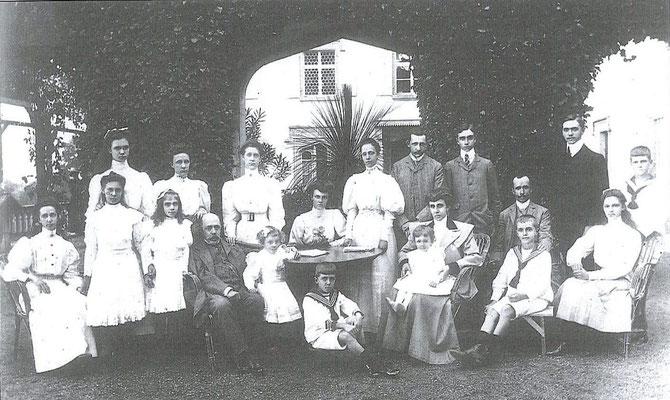 VILLA PIANORE 1906. DUC ROBERT Ier DE PARME  et  DUCHESSE née ANTONIA DE BRAGANCE , ARRIERE-ARRIERE-GRANDS -PARENTS DE NOTRE PCESSE ZITA, ENTOURES DE LEURS ENFANTS. Ext. dte assis  1er rang PCE RENE ARRIERE GRAND-PERE et  PCESSE ZITA ARRIERE GRAND-TANTE