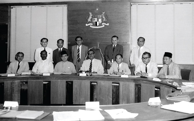1er Cabinet. Assis g. à dte. ABDUL AZIZ ISHAK, V.T. SAMBANTHAN,  ABDUL RAZAK HUSSEIN,  ABDUL RAHMAN,  AL HAJ H.S LEE, SULAIMAN ABDUL RAHMAN, SARDON HAJI JUBIR. Debout. ONG YOKE LIN, ABDUL RAHMAN TALIB, MOHAMED KHIR JOHAN, TAN SIEW SIN, BAHAMAN SHAMSUDDIN.