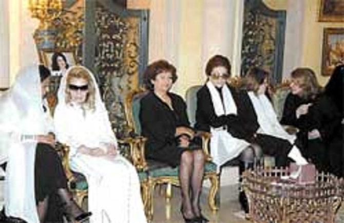 LES 4 SOEURS REUNIES  DANS LEUR  PALAIS de BEYROUTH  POUR UN DERNIER ADIEU à LEUR AÎNEE.  g.à dte. Pcesse LAMIA du Maroc, BAHIJA EL ASSAAD, Pcesse MONA; LEILA HAMADE extrême droite