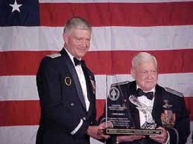 Général Harry Heinie  ADERHOLT reçoit une récompense de l'USAF  .  C* AMERICAN  LEGION CHINA