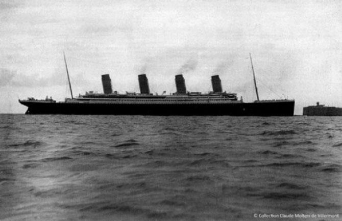 Le TITANIC.  Arrivée dans la rade de Cherbourg après avoir franchi la passe de l'Ouest.  Arrêt à côté du Fort central. 10 Avril 1912 à 18h35. Départ à 20h10 illuminé de tous ses feux.