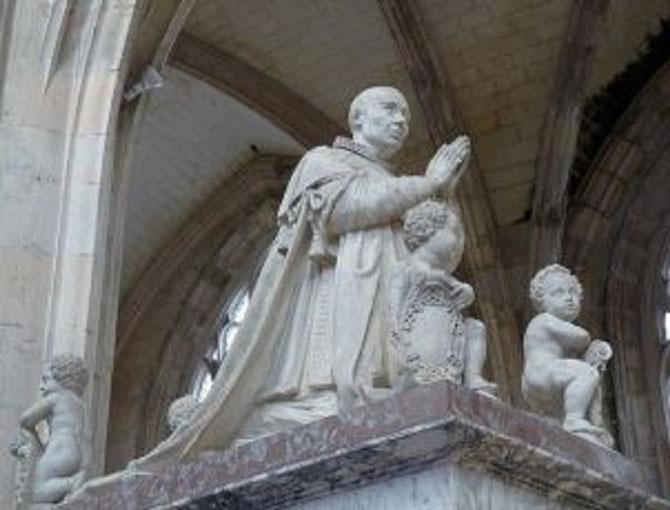 CENOTAPHE DU ROI LOUIS XI. (1461/1483). LE ROI EST PRESENTé EN ORANT REVÊTU DE SON COSTUME DE L'ORDRE SAINT MICHEL et ENTOURé DE 4 GARçONS.  OEUVRE DU SCULPTEUR MICHEL BOURDIN (vers 1585 Orléans + 1645 Paris). CLASSE MONUMENT HISTORIQUE DEPUIS 1840.