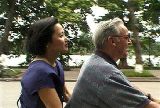 1997. 20  ans auparavant. Douglas Brian PETERSON dit PETE , Ier Ambassadeur des Etats-Unis au Vietnam et VI LÊ sa Fiancée allant déguster un Pho sur leur MOTO;