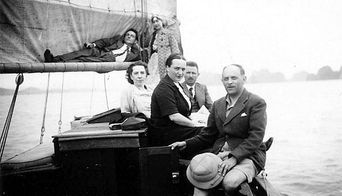 1936/1938. BAIE D'ALONG. JOSEPH INGUIMBERTY et RENEE CHAZEAU AVEC DES AMIS. AVEC NOS VIFS REMERCIEMENTS à PHILIPPE.MILLOUR.FREE.FR