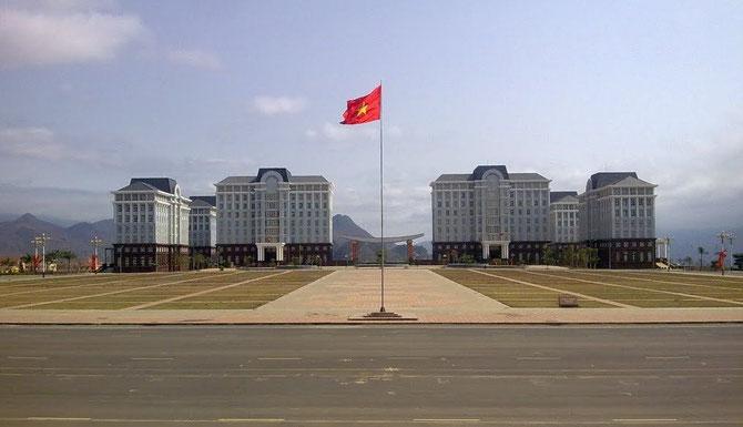 NEW LAI CHÂU . PLACE DU PEUPLE. REPUBLIQUE SOCIALISTE DU VIETNAM. AVEC NOS REMERCIEMENTS à THIÊN CHÂU BLUE.