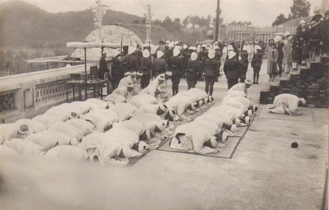 MANDARINS EN DEUIL et PROSTERNES à la fermeture du tombeau.