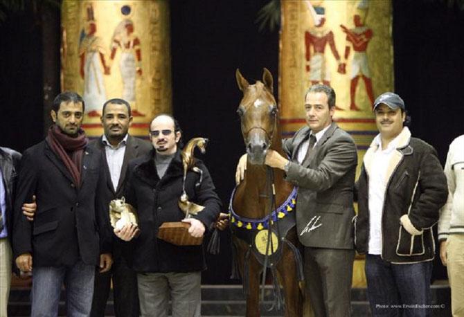2009 . VERONE .  F SHAMAAL CHAMPION D'EUROPE ETALON SENIOR. entre Philippe HOSAY à droite et Cheik MUTLAQ bin MUSHERIF  Directeur Général d'AL KALHEDIAH STABLES