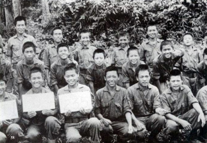 Vers 1962/65.  Une classe HMONG  SGU '(spéciale guerrilla) après l'entrainement américain