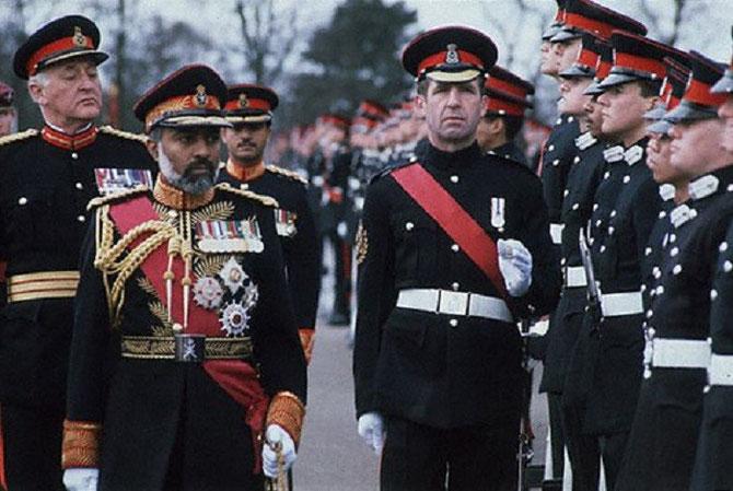 16 Mars 1982. En visite officielle en Grande Bretagne, le Sultan passe en revue les troupes de Sandhurst, son ancienne école militaire.