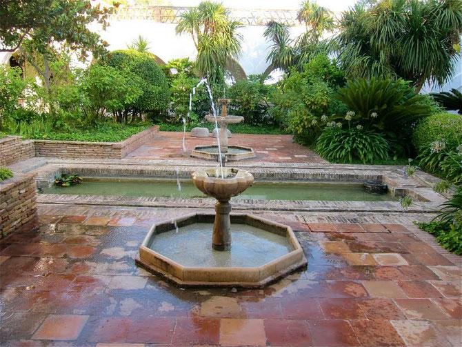 LES 2 FONTAINES ANCIENNES VIENNENT DE GRENADE. A L'ARRIERE-PLAN, UNE, EN MARBRE AVEC 4 TÊTES DE LION (XVIe s.) CELLE AU PREMIER PLAN RESSEMBLE AUX FONDS BAPTISMAUX .,
