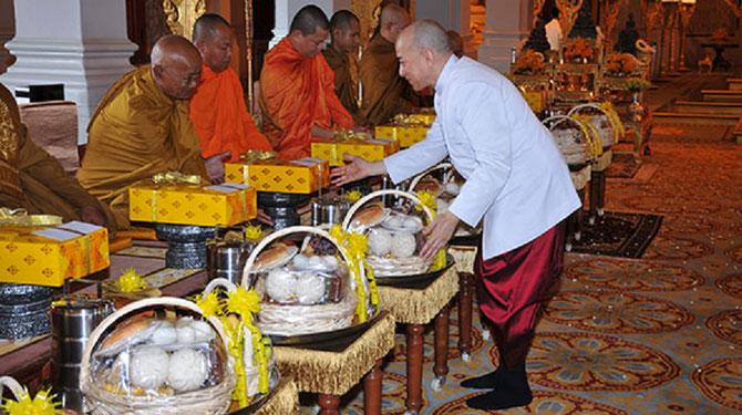 Sa Majesté offre des cadeaux aux Bonzes. Les repas dans les paniers seront distribués par la Famille