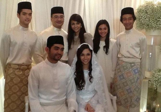 30 Nov.  2012. MARIAGE de NASHA ALYSSA 22 ANS avec MOHAMED ANAS ZAWAWI KHALID 25 ANS. Debout g. à dte. FAHD, HISHAMMUDDIN et son épouse MARSILLA, KYRA ARIANNA et FARIS